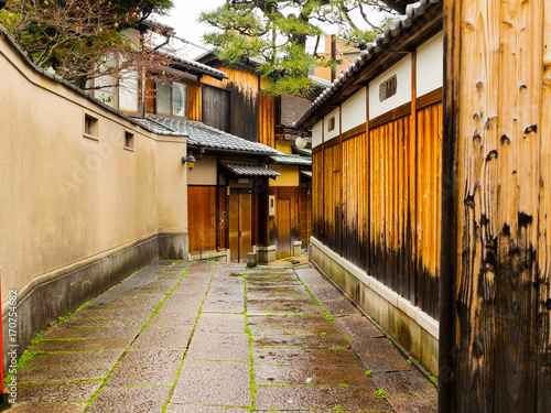 Fototapeten Schmale Gasse Close up of a wet path in the city of Higashiyama district in the springtime in Kyoto