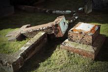 Umgefallenes Grabkreuz Auf Ein...