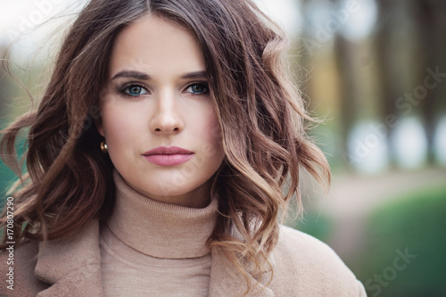 Fashion Spring Model Girl with Curly Hair Fotobehang