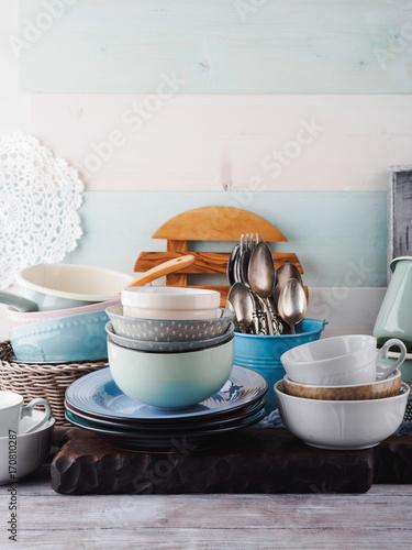 Zdjęcie XXL Ceramiczna i emaliowa crockery tableware na drewnianym tle. Pastelowe kolory vintage