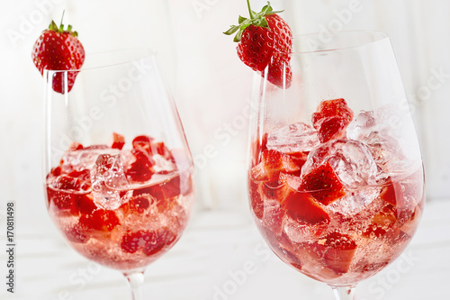 Fotografía  Refreshing strawberry cocktails and crushed ice