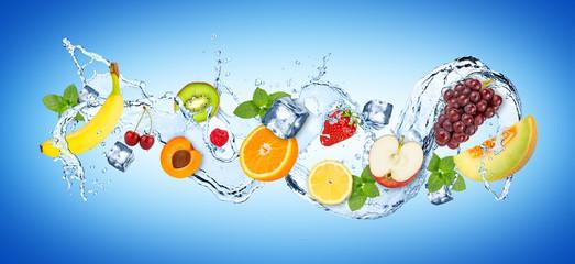 panorama powitalny wody z różnych owoców kostki lodu i świeżych liści mięty na niebieskim tle / Splash owoców owoców fali tła