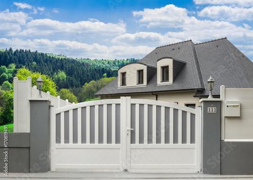 Modernes Pvc Gartentor In Grau Und Weiss Und Einfamilienhaus
