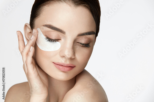 Fotomural Patch Under Eye. Beautiful Woman With Under Eye Mask On Face