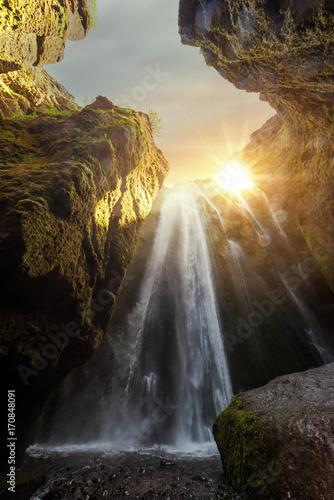 unikalny-wodospad-gljufrabui-w-blasku-zachodzacego-slonca