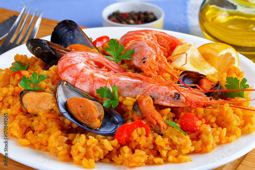 Fotobehang Schaaldieren spain paella with king prawns, mussels