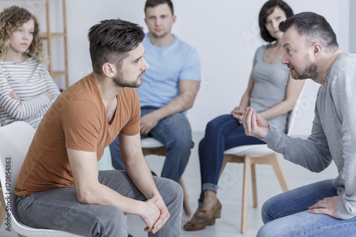 Photo Psychologist talking to young man