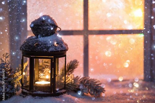 Zdjęcie XXL Zimowa dekoracja z świecznikiem w pobliżu ośnieżonego okna