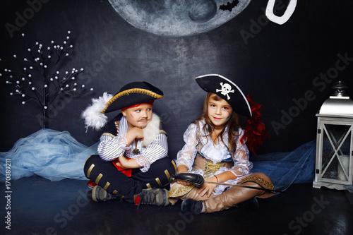 Fototapeta premium chłopak i dziewczyna w strojach pirackich. Halloweenowy Pojęcie
