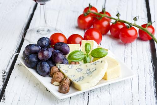Mały talerz serów i owoców