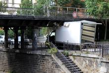 Paris - Accident Sous Un Pont