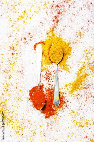 Plakat Mielony chili i kurkuma, przyprawy do indyjskiego curry, widok z góry