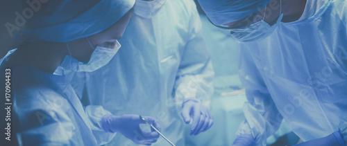 Fotografía  Team surgeon at work in operating room