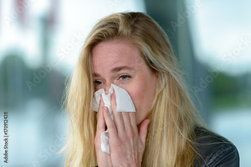 Fotografia  Young blond woman with hay fever