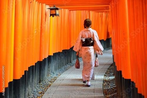 Fotografie, Obraz  千本鳥居と着物の女性