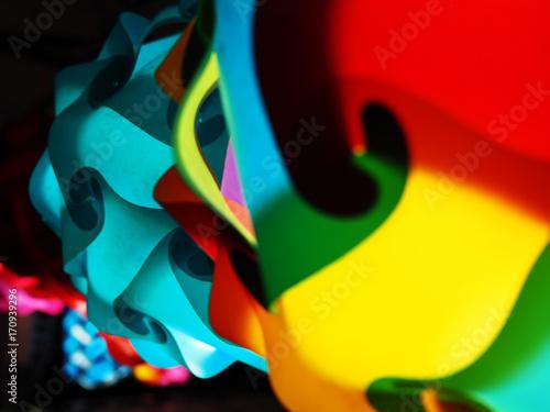 Fototapeta Jasny kolorowy czerwony, żółty, niebieski twist wirowa wzór piłka ozdoba oświetlenie lampy wiszące, układania, perspektywy strzał z ulicy stoisko sklepu, w czarny ciemnej nocy