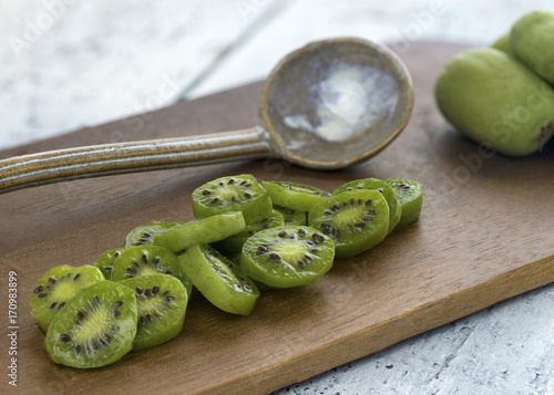 Photo close up of kiwi berries slices