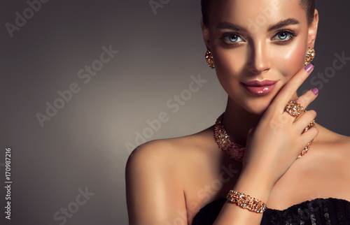 Fotografiet  Beautiful girl with jewelry