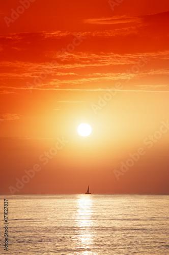 Deurstickers Rood traf. aurore et voilier en Méditerranée