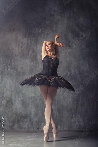 mloda-piekna-kobieta-podczas-wystepu-baletowego-na-ciemnym-tle