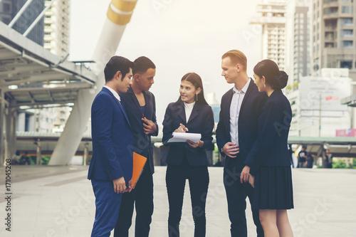 Foto  Portrait Gruppe Geschäftsleute Gespräch bei der Sitzung außerhalb