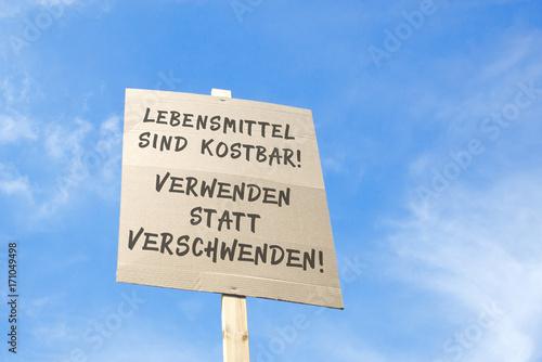 Fotografie, Obraz  Protestschild gegen Lebensmittelverschwendung