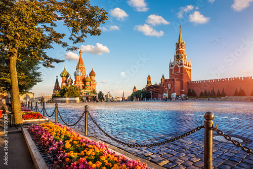 Poster Moskou st. basil's cathedral and spassky tower on Red Square