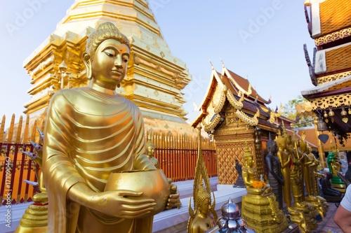 In de dag Temple Golden Buddha statue in Thailand