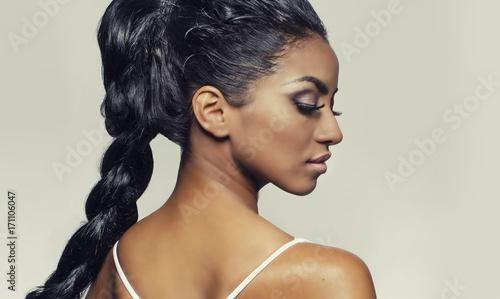 Fotografía  Beautiful profile shot of exotic young woman