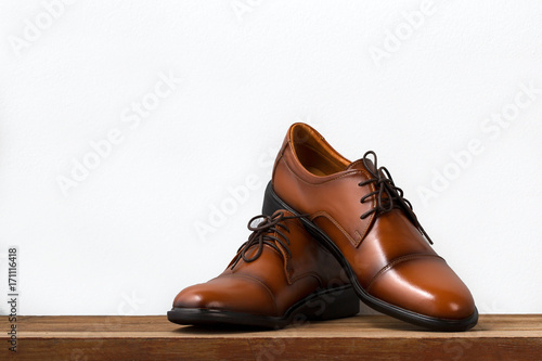 Fotografía Brown fashion leather men shoes on table.