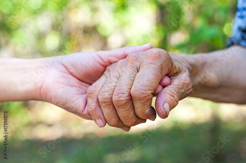 Fotografia  Shaking elderly hand