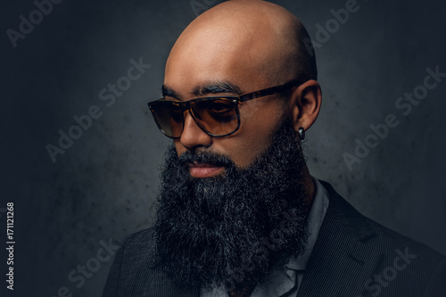 Photo Arabic bearded shaved head male in sunglasses.