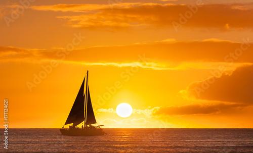 Foto op Plexiglas Zee / Oceaan Boat yacht sailing away into the sunset.