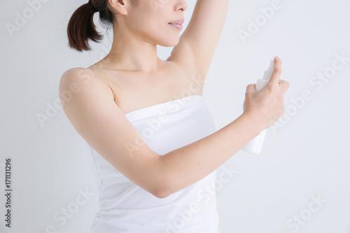 Photo 女性の脇にスプレー