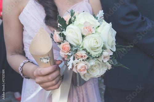 Bouquet Della Sposa.Donna Che Regge Bouquet Della Sposa E Coni Di Riso Del Matrimonio