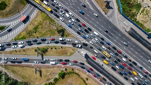 Fototapeta Powietrzny odgórny widok drogowy złącze od above, samochodu ruch drogowy i dżem wiele samochody, transportu pojęcie