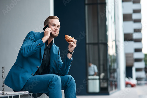 Photo Handsome young businessman talking on phone