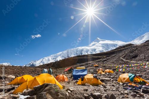 Fotografía  Base camp below Manaslu mountain in highlands of Nepal