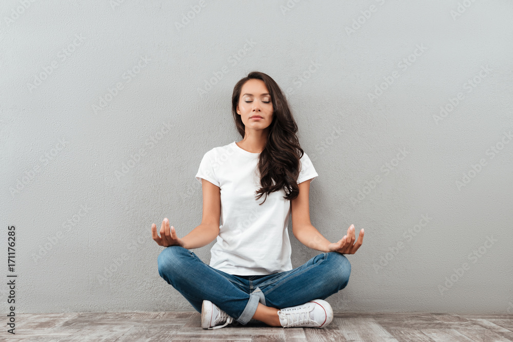 Photo  Beautiful young asian woman sitting in yoga position and meditating