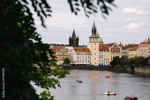 Plakat Vltava rzeka w Praga, republika czech przy dniem