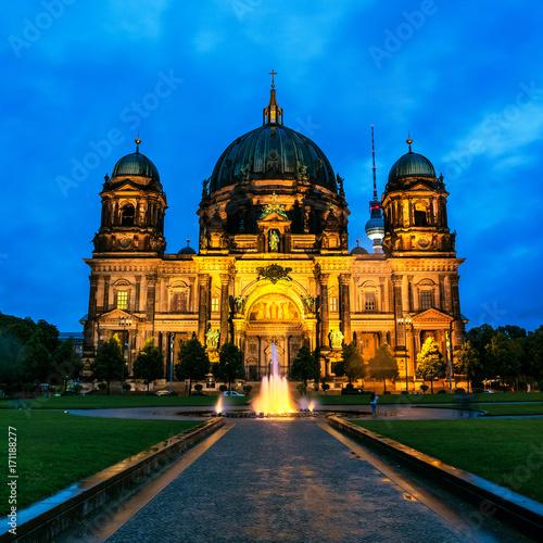 ewangelicka-katedra-znajdujaca-sie-w-berlinie-widok-noca
