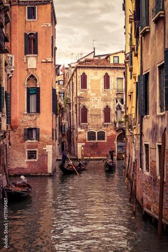 Plakat Gondole pływają w Wenecji, Włochy