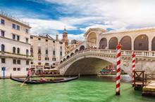 Die Rialto Brücke In Venedig, Italien, Mit Vorbeifahrender Gondel