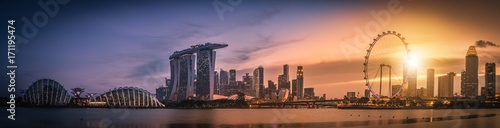 Photo  Panorama image of Singapore Skyline and view of skyscrapers on Marina Bay view from the garden by the bay at sunset