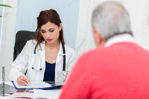 Plakat Kobiety doktorski słuchanie pacjent