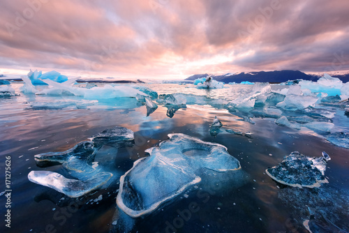 Cadres-photo bureau Rose clair / pale Icebergs in Jokulsarlon glacial lagoon