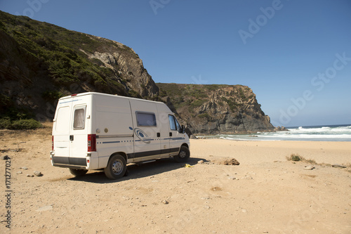Photo  Modern campervan parked in one of the most beautiful beaches in the Algarve Portugal