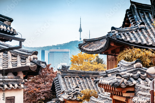 Tuinposter Seoel Beautiful Seoul tower in autumn, Namsan Mountain, South Korea