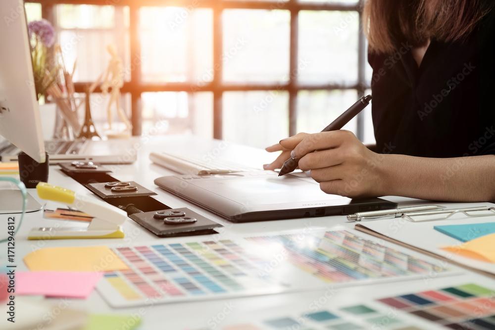 Fototapeta graphic design desk hand using mouse pan sketch device on creative desk.