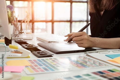 Obraz graphic design desk hand using mouse pan sketch device on creative desk. - fototapety do salonu